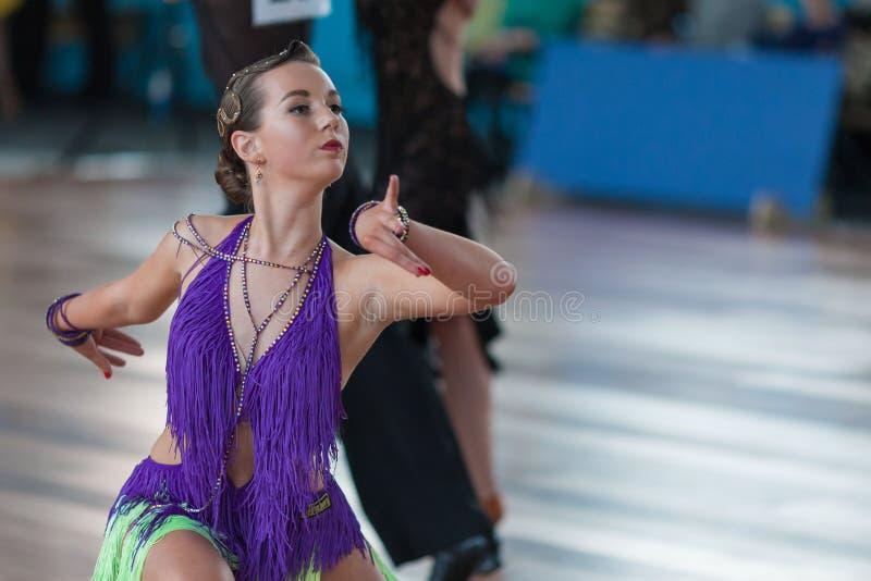 未认出的女性舞蹈执行少年2拉丁美洲的节目 库存图片