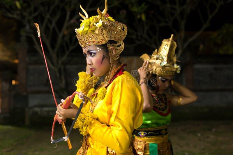 未认出的巴厘语艺术家为传统Kecak火做准备跳舞在印度寺庙的仪式在巴厘岛 库存图片