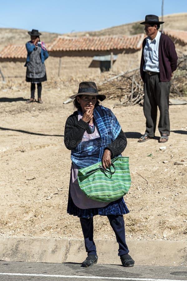 未认出的本地当地盖丘亚族人的人在地方Tarabuco星期天市场上,玻利维亚 免版税库存图片