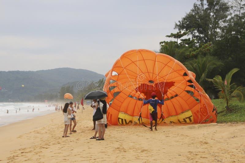 未认出的游人为在Karon海滩,普吉岛,泰国的帆伞运动做准备 免版税库存图片
