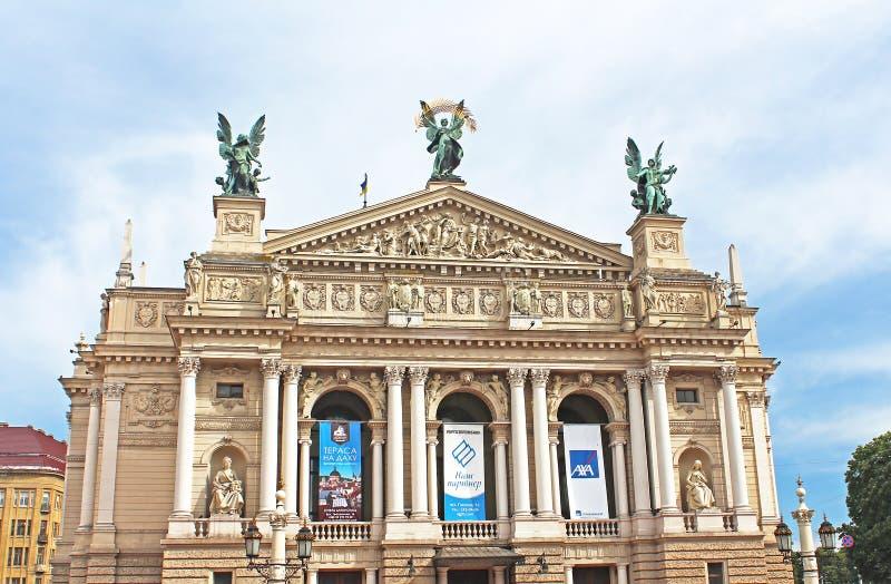 未认出的游人在利沃夫州,乌克兰临近剧院 免版税库存图片