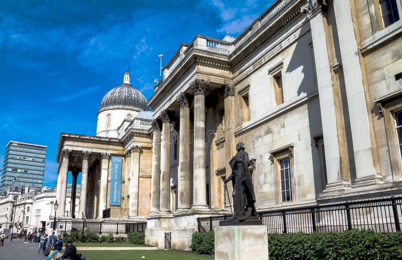 未认出的游人在特拉法加广场,伦敦临近国家肖像馆 英国 库存照片