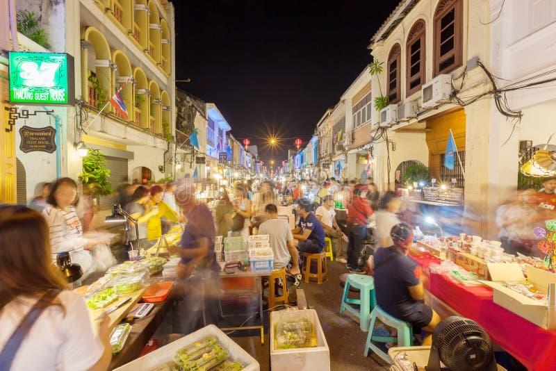 未认出的游人购物在老镇夜市场(Wal上 库存照片