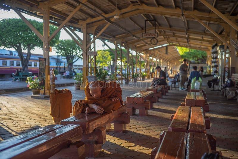 未认出的老修士泰国乘客等待的时间训练在洛坤Lampang火车站在洛坤Lampang,泰国 免版税库存图片