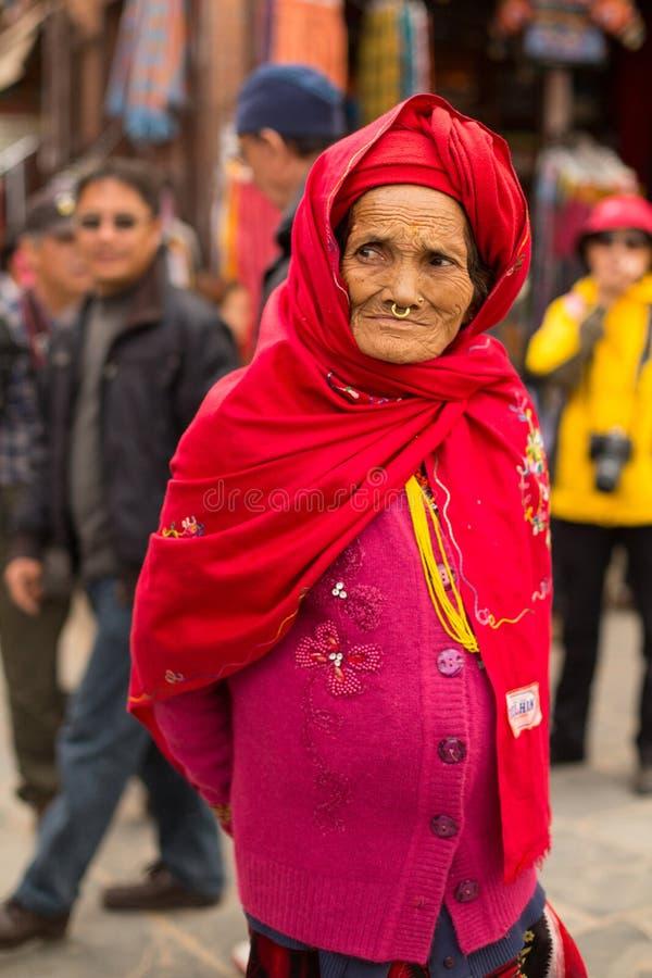 未认出的老妇人画象在stupa Boudhanath附近的 库存照片