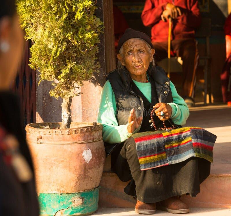 未认出的老妇人画象在stupa Boudhanath附近的 免版税库存照片
