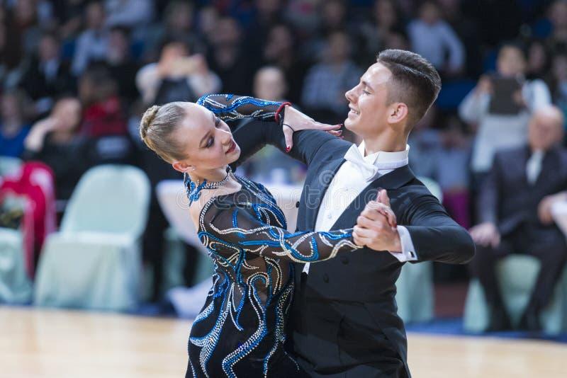 未认出的舞蹈夫妇执行WDSF米斯克开放舞蹈节日2017冠军的成人标准欧洲节目 免版税库存图片