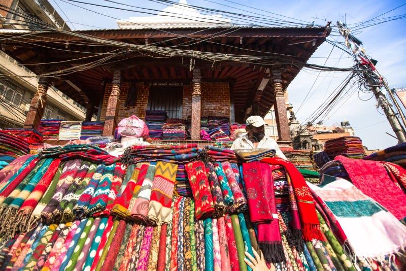 未认出的街边小贩在城市的历史的中心 图库摄影