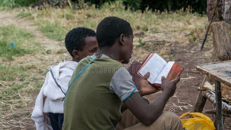 未认出的香客读书圣经一致从拉利贝拉的老岩石教会 库存图片