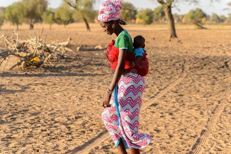 未认出的Fulani妇女怀有她的一个婴儿  Fulanis ( 免版税库存照片