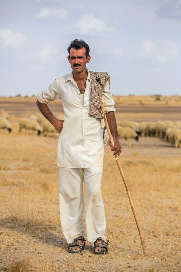 未认出的rajasthani牧羊人画象有他的绵羊的 库存照片