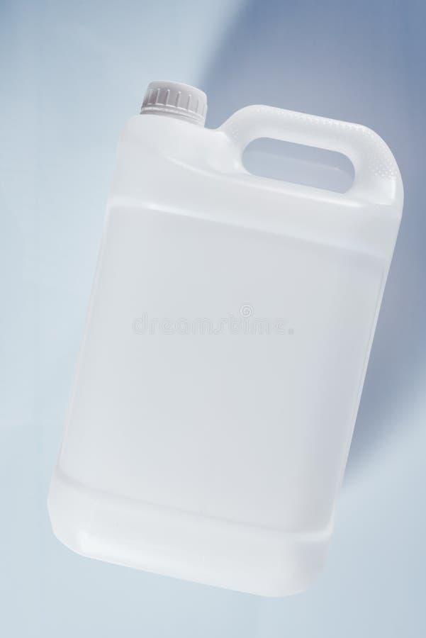 未贴标签的白色塑料坦克罐化工液体容器 免版税库存照片