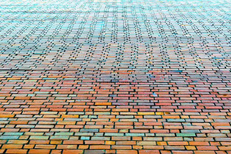 末端大房子的砖墙 不同的颜色砖  红色,橙色,绿色,蓝色 砖墙在将来得到 水泥j 免版税库存图片