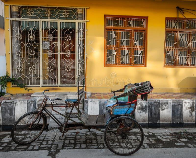 本地治里市五颜六色的轮转人力车, Puducherry,印度 库存图片
