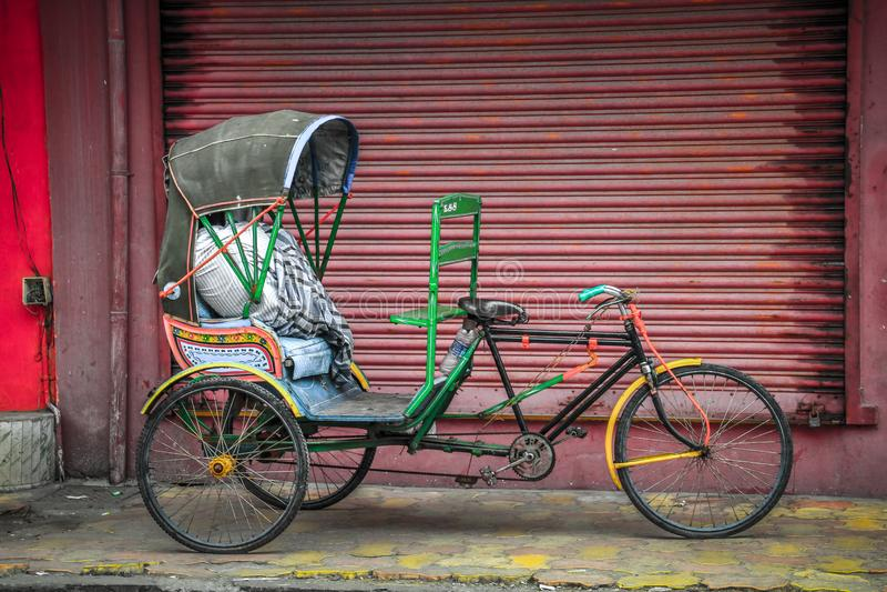 本地治里市五颜六色的轮转人力车, Puducherry,印度 免版税库存图片