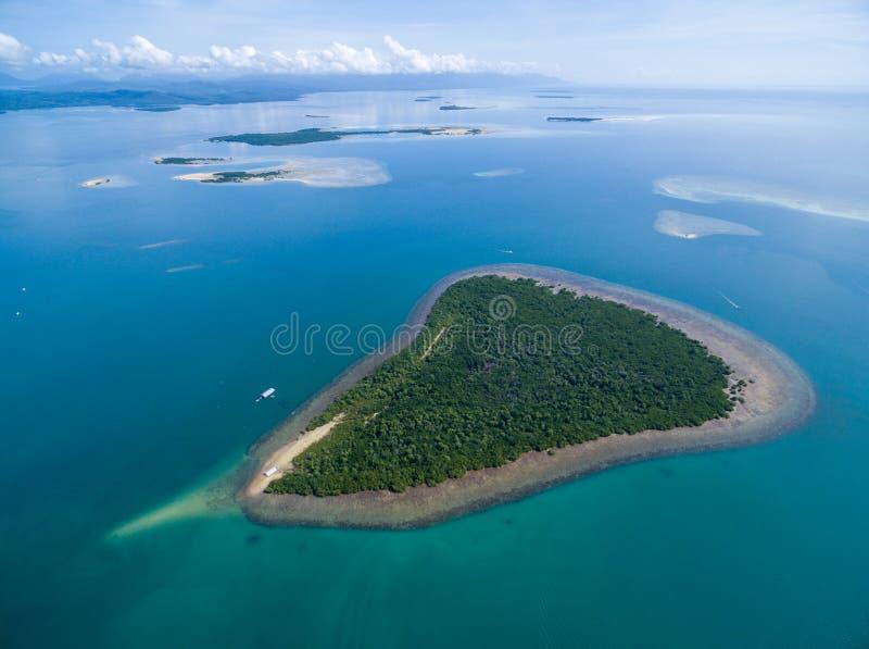 本田海湾和佳能海岛在普林塞萨港,巴拉望岛,菲律宾 与低潮苏禄海和小船的美好的风景 库存图片