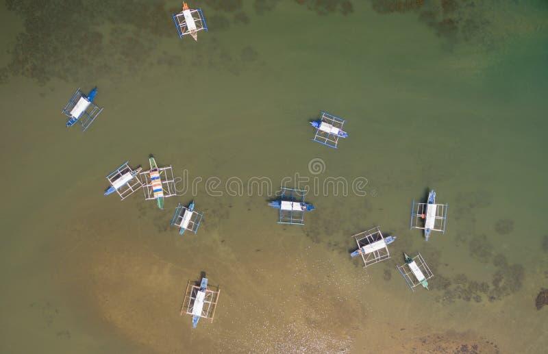 本田海湾和Sta 卢尔德码头在普林塞萨港,巴拉望岛,菲律宾 与低潮苏禄海和小船的美好的风景 库存照片