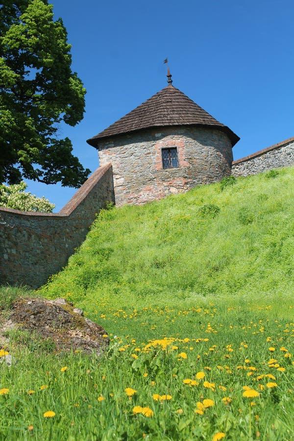 本营和石墙-一部分的在斯洛伐克城堡Cerveny kamen的中世纪设防 库存图片