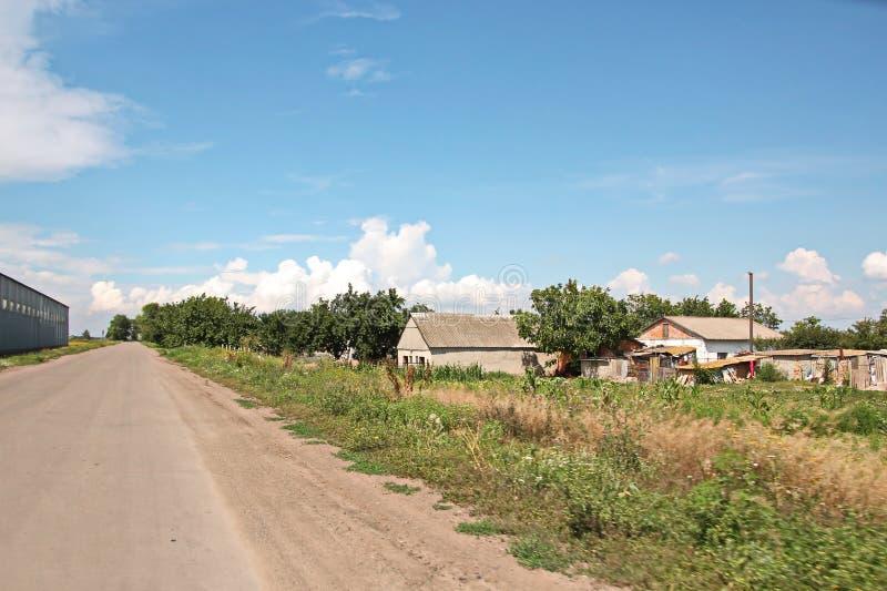 本质、领域、乌克兰的村庄和路风景视图  从车窗的看法,当驾驶时 免版税库存图片