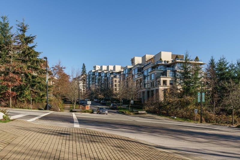 本那比,加拿大- 2019年11月17日:公寓和街道视图在晴朗的秋天天在不列颠哥伦比亚省 库存照片