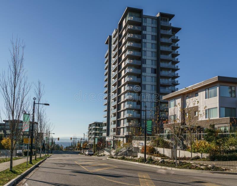 本那比,加拿大- 2019年11月17日:公寓和街道视图在晴朗的秋天天在不列颠哥伦比亚省 库存图片