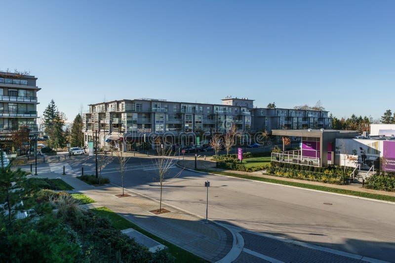 本那比,加拿大- 2019年11月17日:公寓和街道视图在晴朗的秋天天在不列颠哥伦比亚省 免版税库存照片