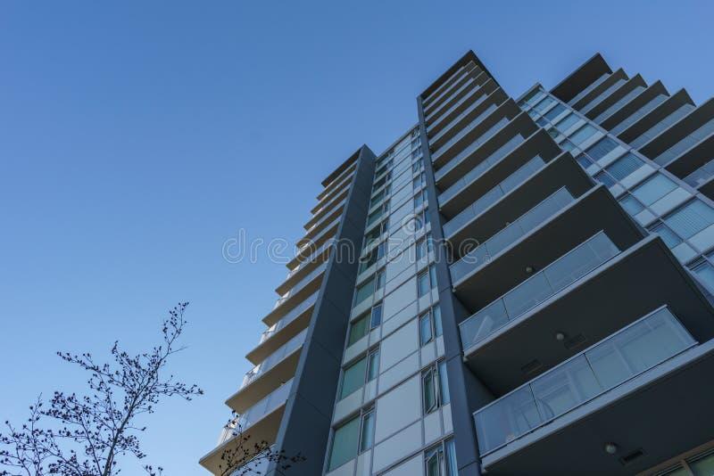 本那比,加拿大- 2019年11月17日:公寓在晴朗的秋天天在不列颠哥伦比亚省 库存图片