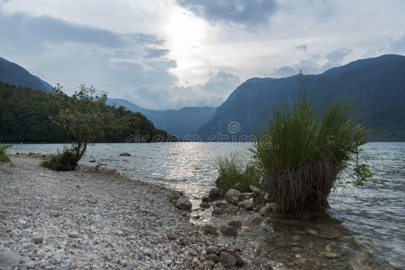 朱利安阿尔卑斯山山和Bohinj湖田园诗场面在日落的斯洛文尼亚 图库摄影