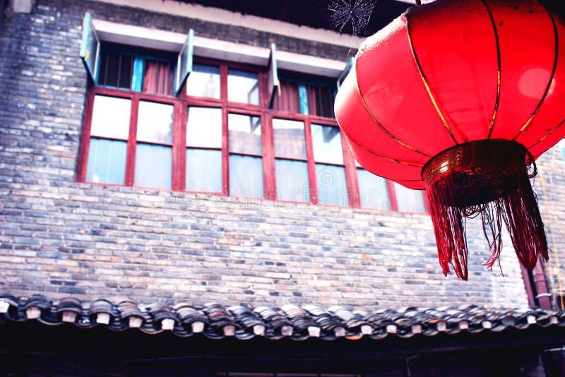 朱红色的灯笼和老房子 免版税库存图片