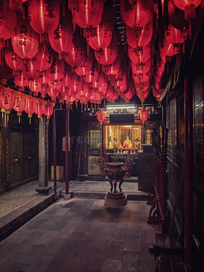 朱红色的灯笼行在佛教寺庙的在台北,台湾 图库摄影
