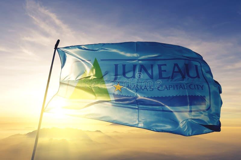 朱诺美国旗子纺织品挥动在顶面日出薄雾雾的布料织品阿拉斯加的市首都  库存例证