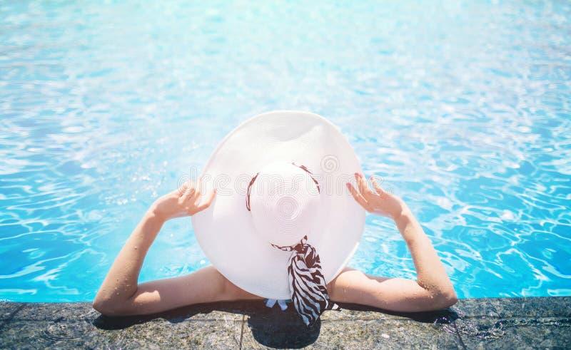 机体关心英尺健康温泉水妇女 夏天 妇女擦去与毛巾 免版税库存照片