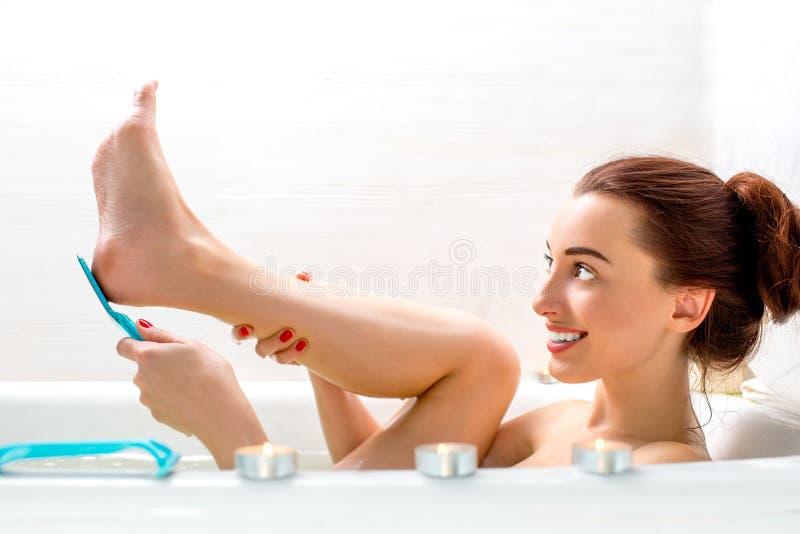 机体洗涤的妇女 免版税库存照片