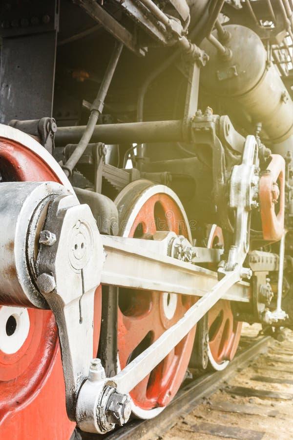 机制红色轮子和细节葡萄酒俄国蒸汽训练机车 免版税库存图片