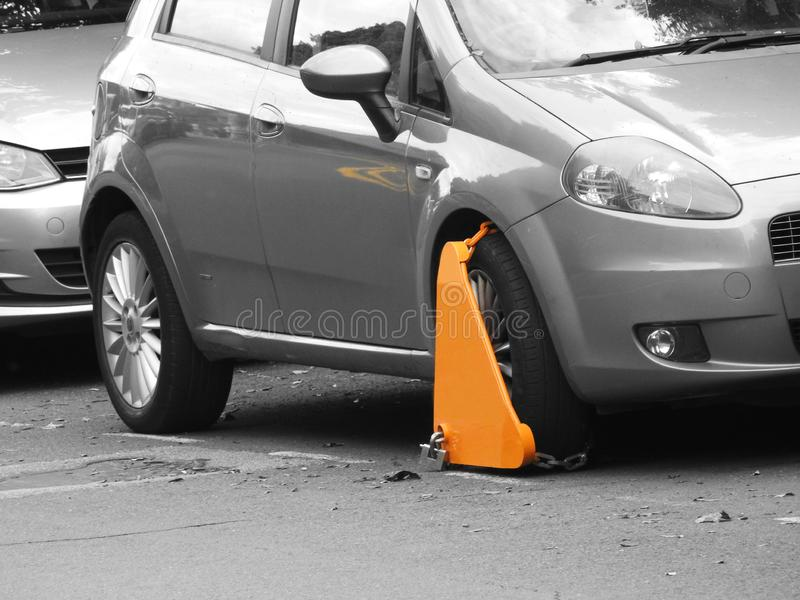 机动车交通进攻违规停车罚单钳位夹紧了监狱长美好的法律轮子 免版税库存照片