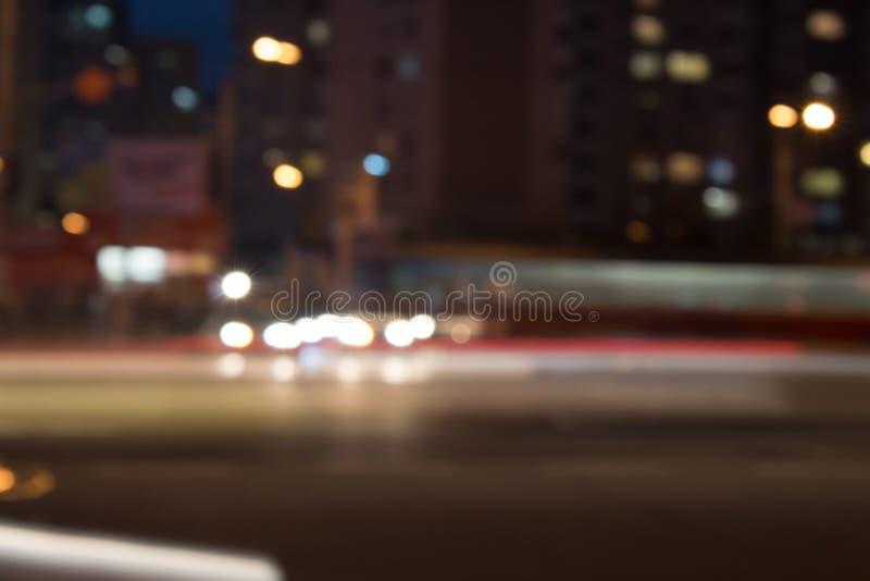 机动车路在晚上 汽车移动以最快速度在晚上 有光的Blured路与在高速的汽车 免版税库存图片