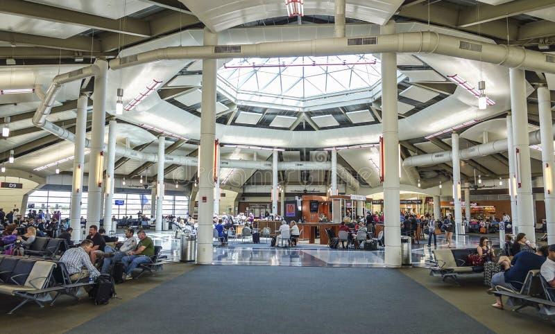登机口在新奥尔良路易斯阿姆斯特朗国际机场-新奥尔良,路易斯安那- 2016年4月18日 库存照片
