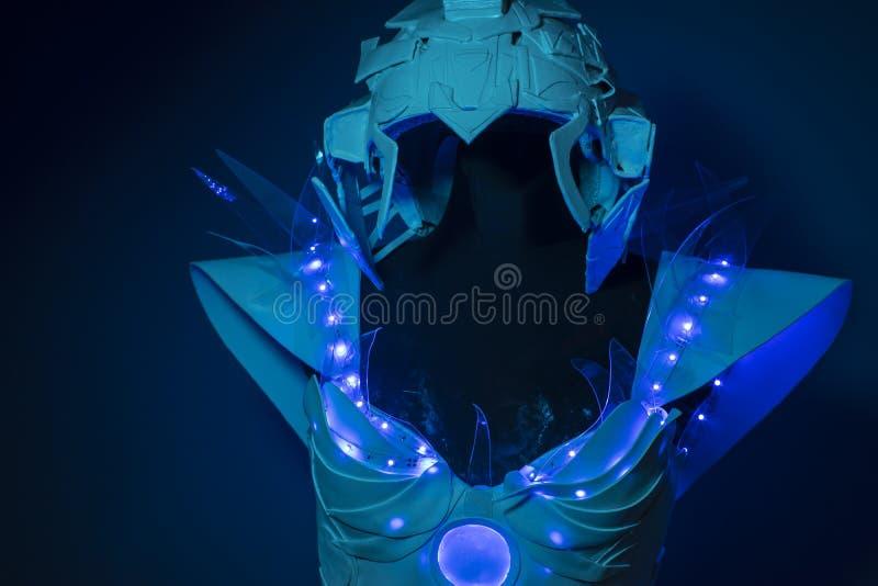 机器、利用仿生学的装甲有蓝色LED光的和塑料材料 免版税库存照片