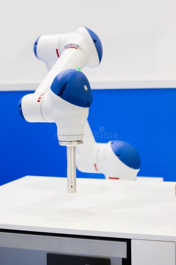 机器人合作者 聪明的工厂 免版税库存图片