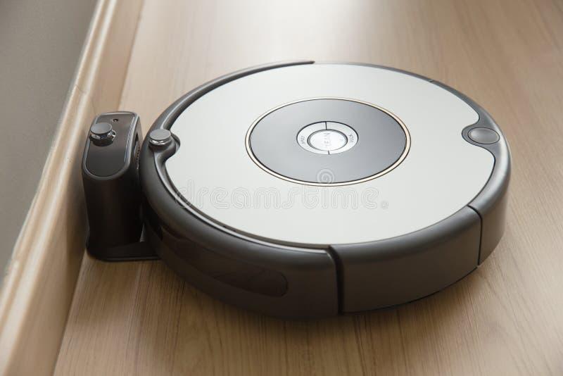 机器人吸尘器回归到充电在船坞 库存照片