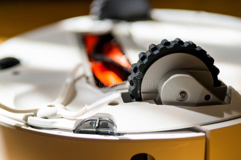 机器人吸尘器技术细节 从下面查看 刷子、轮子和传感器 图库摄影