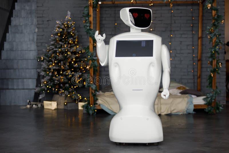 机器人在诗歌选的背景遇见圣诞节,站立 免版税库存图片