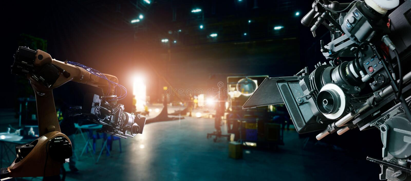 机器人学做电影和电视广告自动胳膊机器在演播室 电影照相机  电影创新和技术  图库摄影