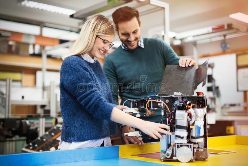 机器人学工程师学生配合 免版税库存图片