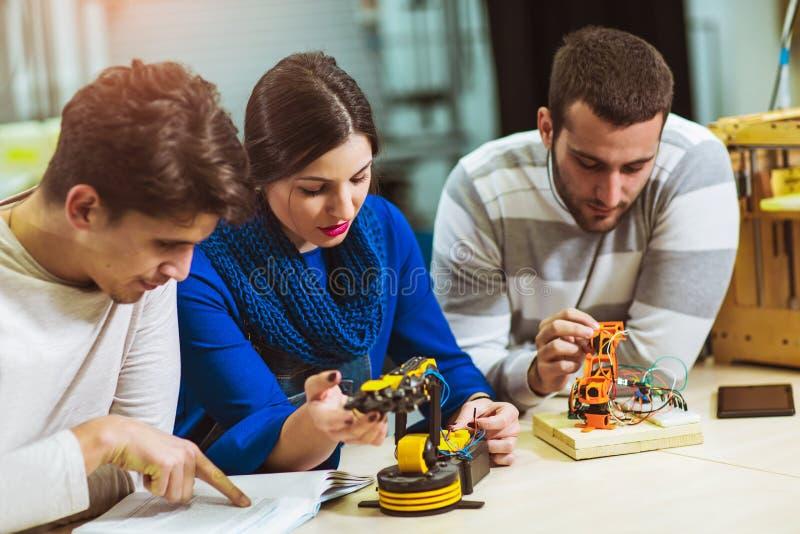 机器人学的年轻学生机器人为测试做准备 库存图片