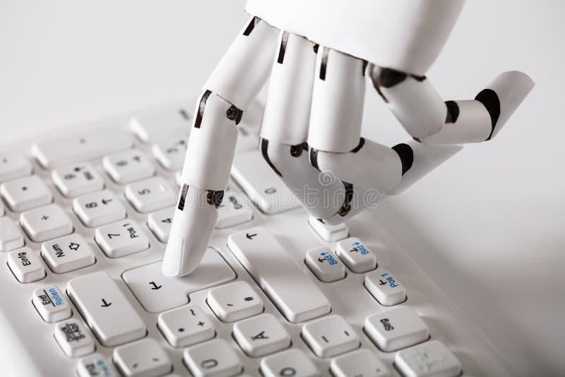机器人手按输入键 库存图片