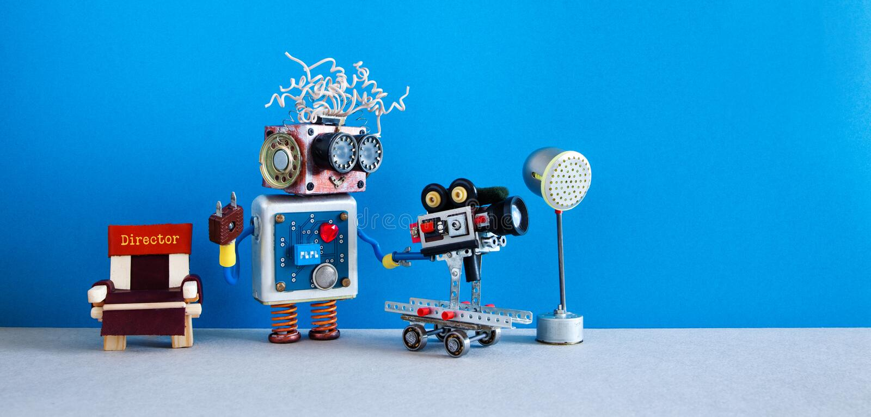 机器人摄影师拍摄电影电视情节或电影 有减速火箭的照相机的滑稽的机器人制片商操作员 库存图片