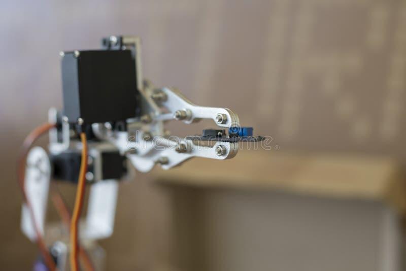 机器人操作器照片,拿着芯片 库存图片