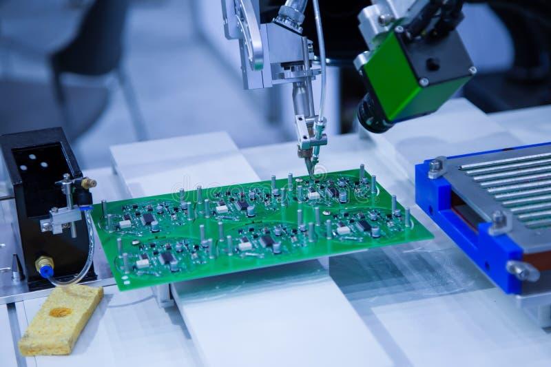 机器人焊接的电路板 免版税图库摄影