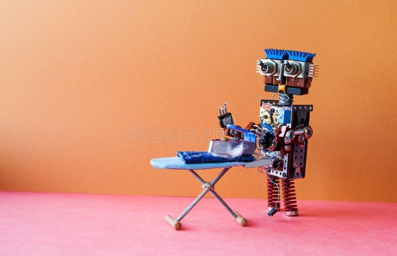 机器人电烙的服务概念 国内有铁的机器人家事助理电烙的蓝色牛仔裤在委员会 browne 免版税图库摄影